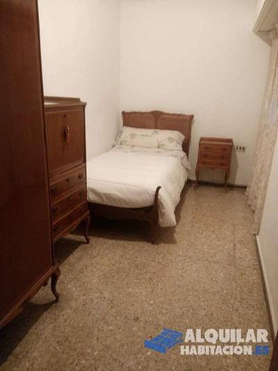 habitación interior situada en buena zona con metro y autobuses .zona municipal cerca para gym y pi
