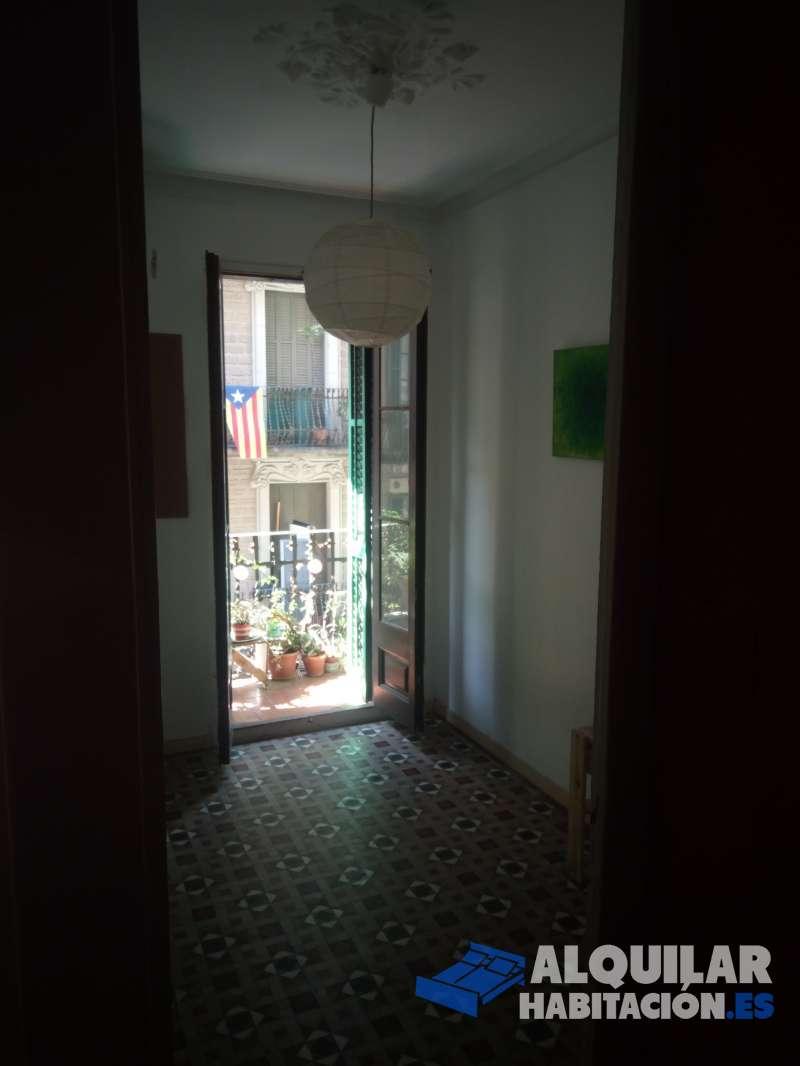 Foto 165 Se alquila espacio divido en habitacion y estudio exteriores (18m2 y 6m2). La habitación incluye un vestidor. Ambas tiene balcones que dan al Carrer