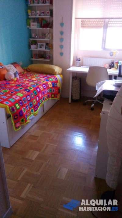 habitación sencilla. luminosa. muy bonita. en un piso completamente amueblado de 3 habitaciones y 2