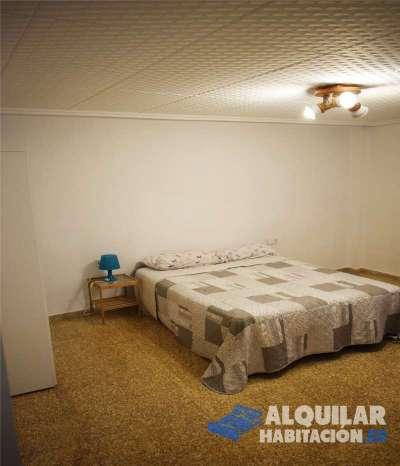 tengo disponible una habitacion en piso de 4 dormitorios, cocina comedor, y 2 baños completos con d