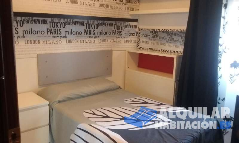 Foto 433 Se alquila preciosa habitacion, amueblada, cama de 105 colchón de latex, cabecero extraible con baldas, mesita de noche,  mesa de estudio, y espejos,