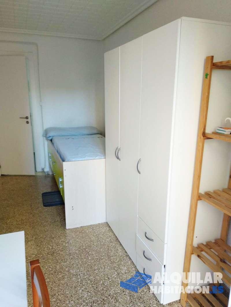 Foto 512 Tengo disponible una habitacion con balcon en piso de 4 dormitorios, cocina comedor, y 2 baños completos con ducha. Piso reformado. Todos los mueble