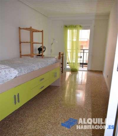 tengo disponible una habitacion con balcon en piso de 4 dormitorios, cocina comedor, y 2 baños comp