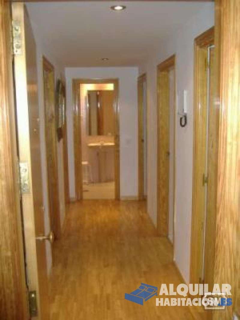 Foto 628 Disponible ya. Para vivir con otros 2 inquilinos. Habitación con balcón, mesa estudio y armario empotrado de 3 módulos. Ideal estudiantes/ estudian